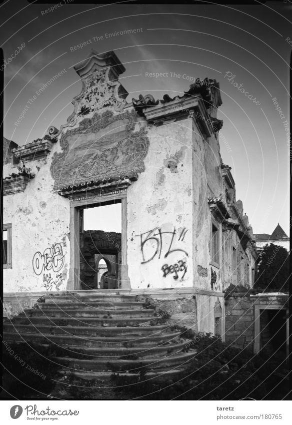 ohne Titel schön alt Wand Mauer Graffiti Stimmung Architektur Tür Armut elegant groß Fassade Treppe ästhetisch bedrohlich