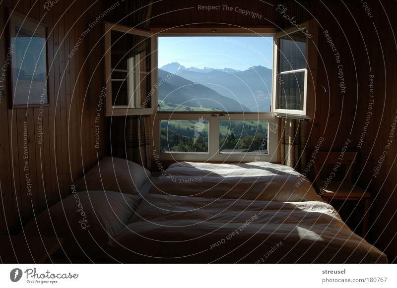 Zimmer mit Aussicht zum Träumen Natur schön blau Sommer Ferien & Urlaub & Reisen ruhig Berge u. Gebirge Ferne Erholung Fenster Glück Landschaft Zufriedenheit braun Europa schlafen
