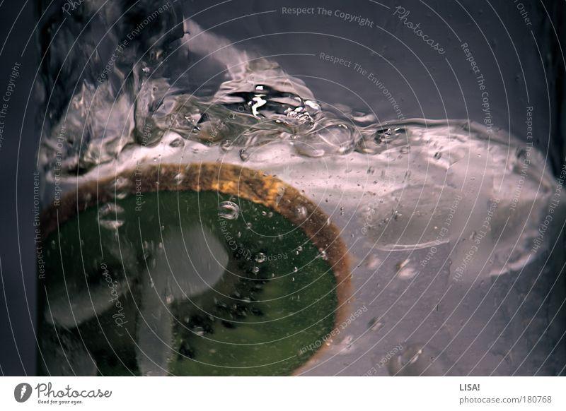 die kiwi, die ins wasser fiel Wasser weiß grün kalt Bewegung grau braun Glas Lebensmittel Wassertropfen Frucht frisch Ernährung fallen Flüssigkeit lecker