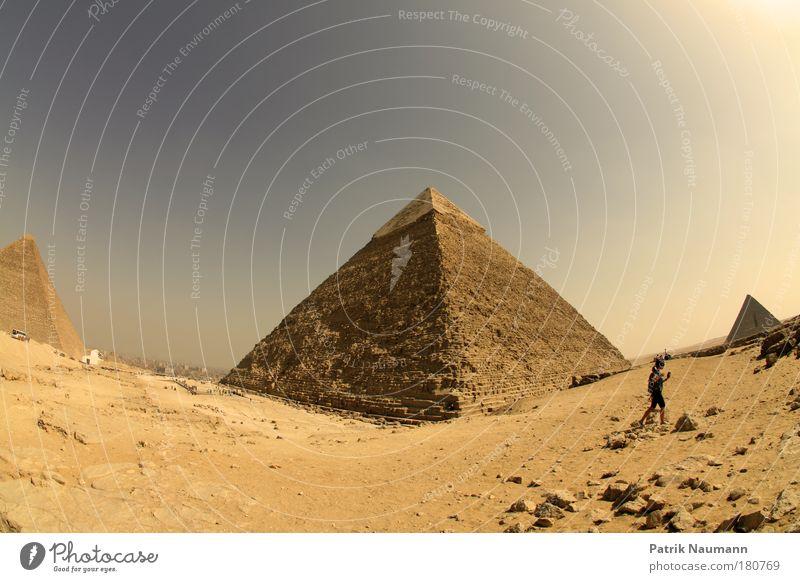 Die drei großen Pyramiden auf dem Plateau von Gisa (Gizeh) Himmel Landschaft Architektur Sand Wärme Gebäude Erde Technik & Technologie Bauwerk Wüste Afrika Denkmal Schönes Wetter Wahrzeichen Gizeh