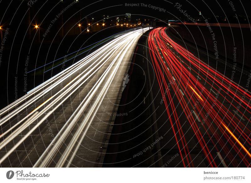 Rot-Weiß Linie Langzeitbelichtung Straßenverkehr Nacht Geschwindigkeit Autobahn Kurve Verkehr Bewegung Nachtaufnahme
