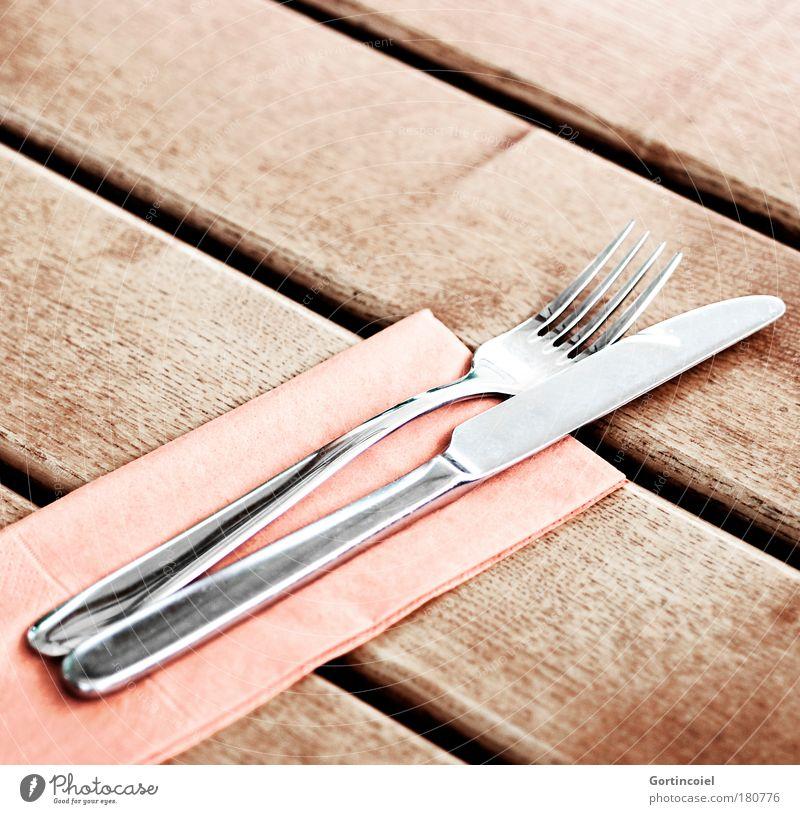 Edelmetall Serviette Gedeck Besteck Messer Gabel Spitze Tisch Restaurant Metall glänzend silber Holz Holztisch Farbfoto Gedeckte Farben Außenaufnahme