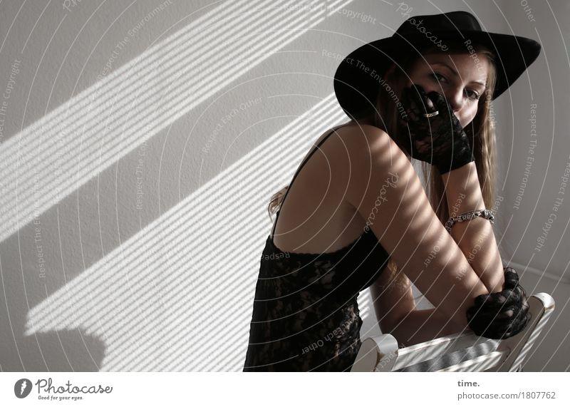 . Mensch Frau schön Einsamkeit dunkel Erwachsene feminin Zeit Denken Raum warten beobachten Stuhl festhalten Schmerz Hut