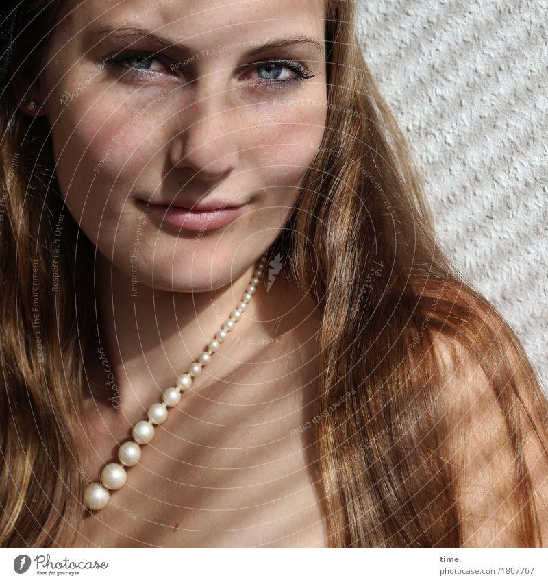 . Mensch schön ruhig feminin Zeit Denken Raum Zufriedenheit blond warten Lächeln Lebensfreude beobachten Gelassenheit Vertrauen Wachsamkeit