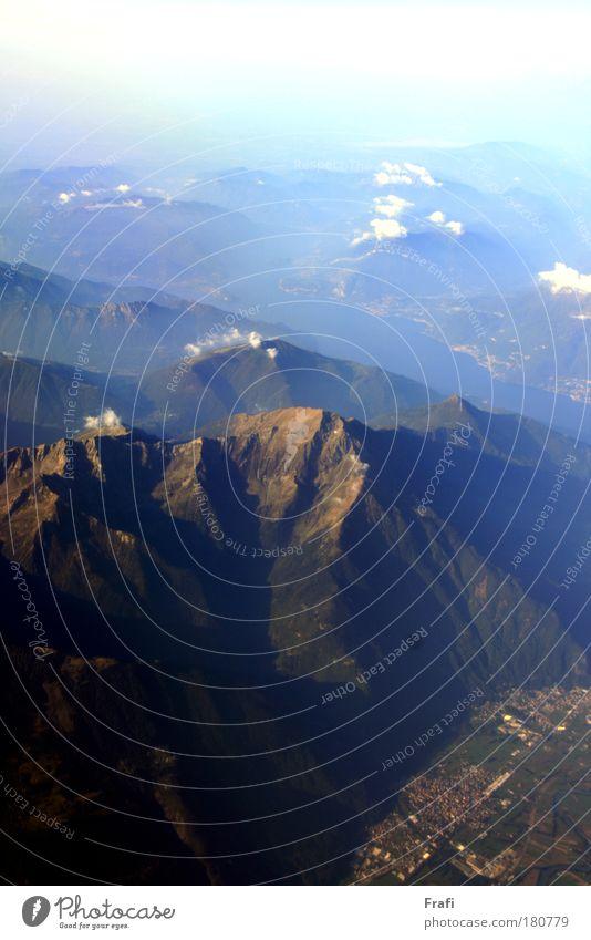 Alpen Farbfoto Außenaufnahme Menschenleer Tag Sonnenlicht Vogelperspektive Umwelt Natur Landschaft Himmel Wolken Sommer Herbst Felsen Berge u. Gebirge Gipfel