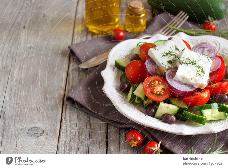 griechischer Salat grün rot Textfreiraum frisch Tisch Gemüse Teller Flasche Abendessen Vegetarische Ernährung Mittagessen Tomate Käse Essen zubereiten Oliven