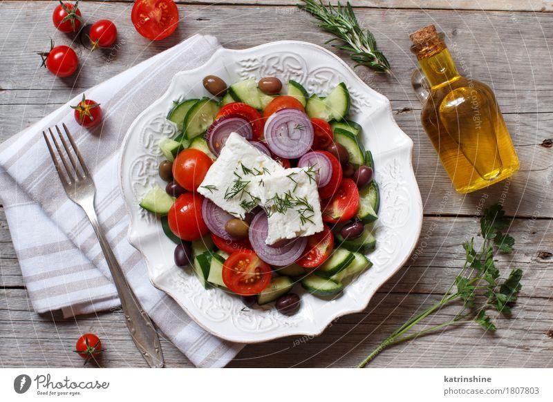 griechischer Salat Lebensmittel Käse Gemüse Essen Mittagessen Abendessen Vegetarische Ernährung Teller Flasche Tisch Holz frisch grau grün rot