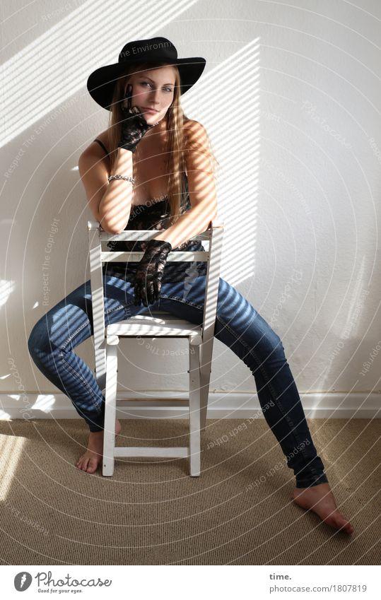 . Stuhl Raum feminin 1 Mensch T-Shirt Jeanshose Handschuhe Hut blond langhaarig beobachten festhalten Blick sitzen schön selbstbewußt Coolness Kraft