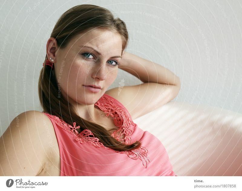 . Sessel Raum feminin 1 Mensch Hemd Schmuck brünett langhaarig Zopf beobachten Denken Blick sitzen warten schön selbstbewußt Coolness Willensstärke Wachsamkeit