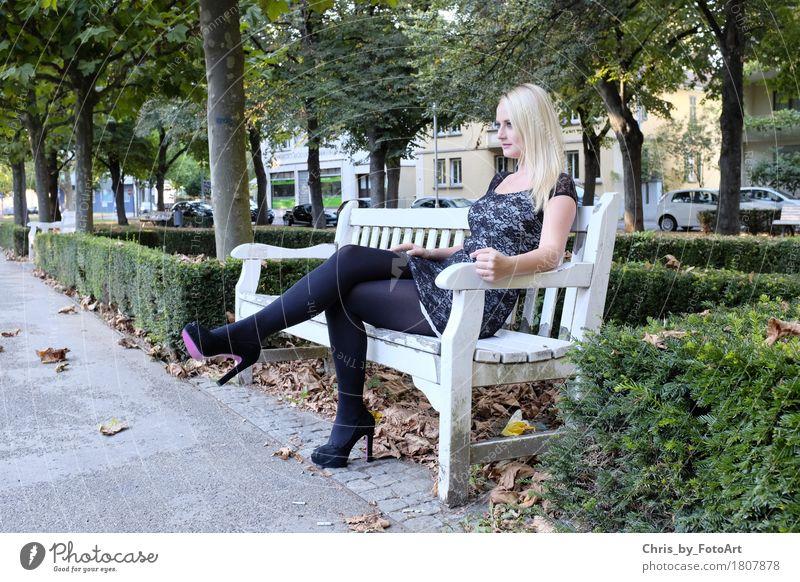 chris_by_fotoart Junge Frau Jugendliche Erwachsene 1 Mensch 13-18 Jahre Landkreis Esslingen Park Parkbank Kleid Strumpfhose Damenschuhe blond langhaarig