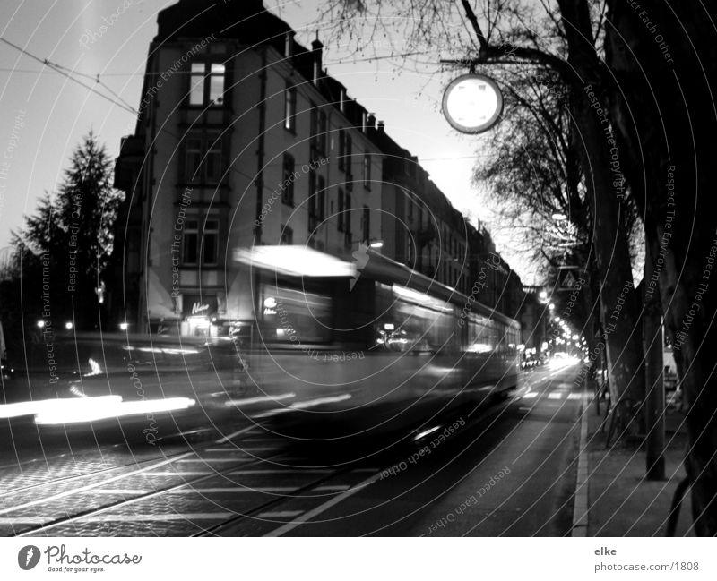 straßenleben Haus Straßenbahn Überbelichtung Gleise Baum Verkehr PKW Schwarzweißfoto