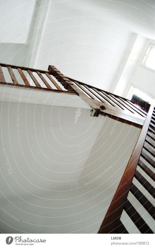 stairway Farbfoto Gedeckte Farben Innenaufnahme Menschenleer Textfreiraum links Textfreiraum oben Textfreiraum unten Sonnenlicht Froschperspektive Haus Gebäude
