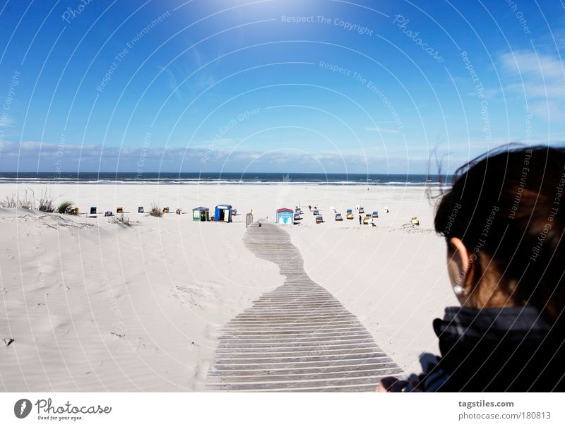JUST JUIST Juist Insel Frau Farbfoto Textfreiraum oben Ferien & Urlaub & Reisen Sommer sonnen Sonne Steg Wege & Pfade Strand Strandkorb Meer Nordsee Aussicht