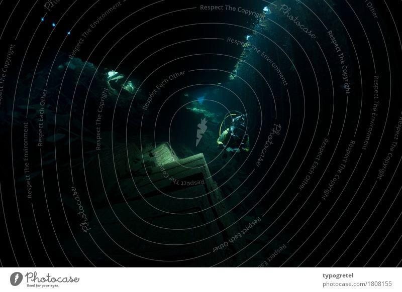 Abenteuer Wracktauchen Mensch Frau Ferien & Urlaub & Reisen Meer dunkel schwarz Erwachsene Expedition Wassersport Lichteinfall Ägypten Schiffswrack Rotes Meer