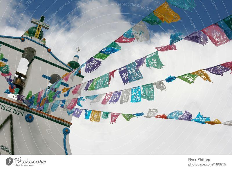 mexikanische Kirche Himmel Ferien & Urlaub & Reisen Wolken Glück Architektur Gebäude Religion & Glaube Feste & Feiern Kirche Fahne Zeichen Bauwerk Dorf Kreuz exotisch
