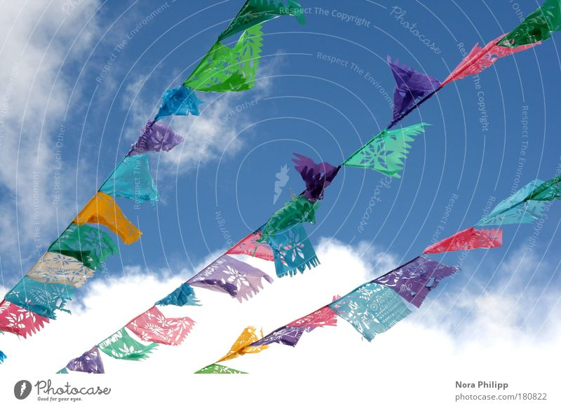 Fest der Farben Farbfoto mehrfarbig Außenaufnahme Froschperspektive harmonisch Wohlgefühl Sinnesorgane Meditation Feste & Feiern Himmel Wolken Mexiko