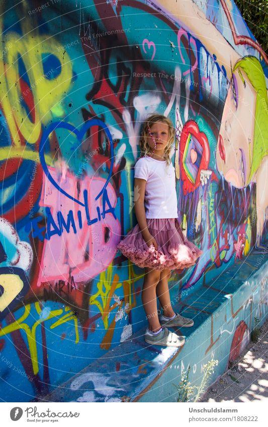 Familia Lifestyle Stil Mensch Kind Mädchen Familie & Verwandtschaft Kindheit Leben 3-8 Jahre Kunst Mauer Wand Zeichen Schriftzeichen Graffiti Herz Coolness