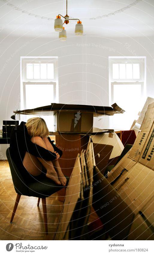 Vor der Arbeit drücken Farbfoto Innenaufnahme Textfreiraum oben Tag Licht Schatten Kontrast Schwache Tiefenschärfe Zentralperspektive Ganzkörperaufnahme