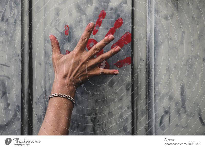 Spuren hinterlassen Farbe Hand rot dunkel Graffiti feminin Angst Tür gefährlich Finger bedrohlich Zeichen Todesangst Schmuck Gewalt Blut