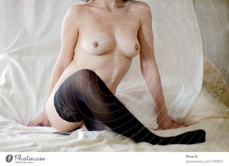 Na und.... II Akt Mensch Frau schön Weiblicher Akt Erotik schwarz Erwachsene Wärme feminin hell Frauenbrust authentisch sitzen ästhetisch warten