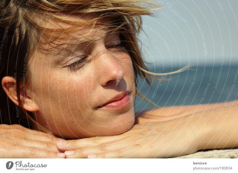 Urlaubsfeeling Gefühle Freude Erholung Mensch Frau Zufriedenheit Auge geschlossen Sommer Sonne Sonnenbad genießen Ferien & Urlaub & Reisen Reisefotografie Meer