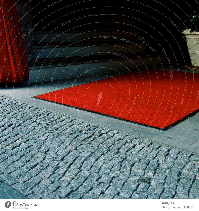 hintereingang Farbfoto mehrfarbig Außenaufnahme Menschenleer Tag Medienbranche Theater Kultur rot Teppich Eingang Hotel Treppe Klassengesellschaft
