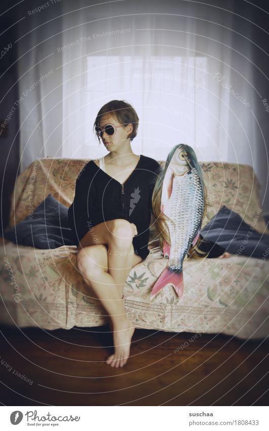 date mit fisch/outtake Kind Mädchen Junge Frau Jugendliche Pubertät Verabredung Sofa Fisch skurril seltsam lustig Häusliches Leben Wohnung Kindheit Story