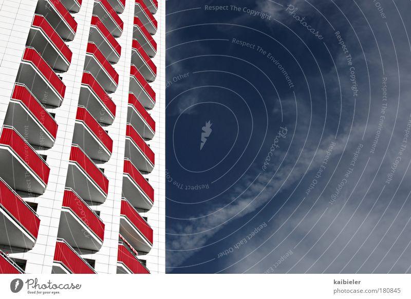 Auf der Sonnenseite Himmel weiß Stadt blau Wolken Gebäude hell Architektur Hochhaus Fassade Perspektive modern ästhetisch Häusliches Leben Balkon