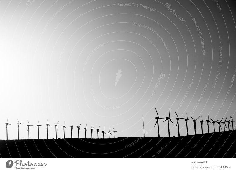 Windpark Schwarzweißfoto Außenaufnahme Experiment Menschenleer Textfreiraum links Textfreiraum unten Textfreiraum Mitte Abend Dämmerung Licht Schatten Kontrast