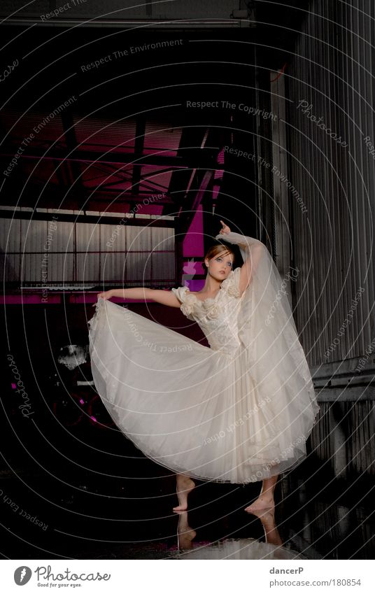 Miss Ballerina Innenaufnahme Textfreiraum oben Licht Kontrast Silhouette Reflexion & Spiegelung Low Key Ganzkörperaufnahme Vorderansicht Blick in die Kamera
