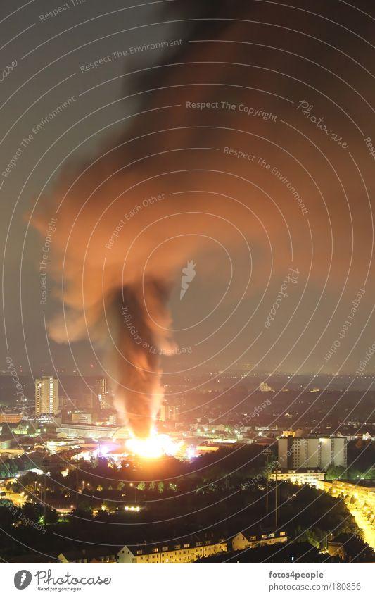 Feuerinferno Wolken dunkel Stadt Nacht Feuer bedrohlich Nachthimmel Rauch Stadtzentrum Rettung Zerstörung Risiko