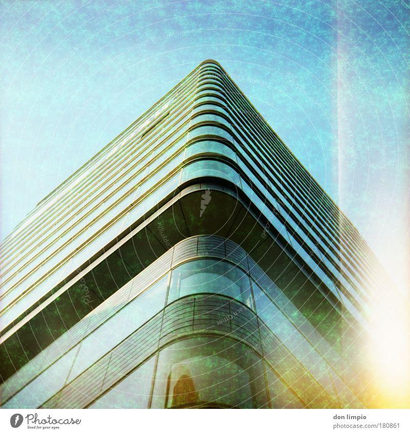 building Farbfoto Außenaufnahme Menschenleer Tag Lichterscheinung Starke Tiefenschärfe Froschperspektive Bauwerk Gebäude Architektur Hochhaus Fenster groß blau