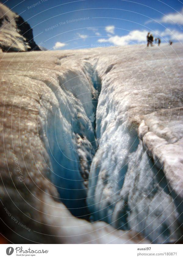 Spalte. Glitschig. Gletscherspalte Eis Schnee Skier Extremsport Unfall verschlingen weibliches Geschlecht liquide