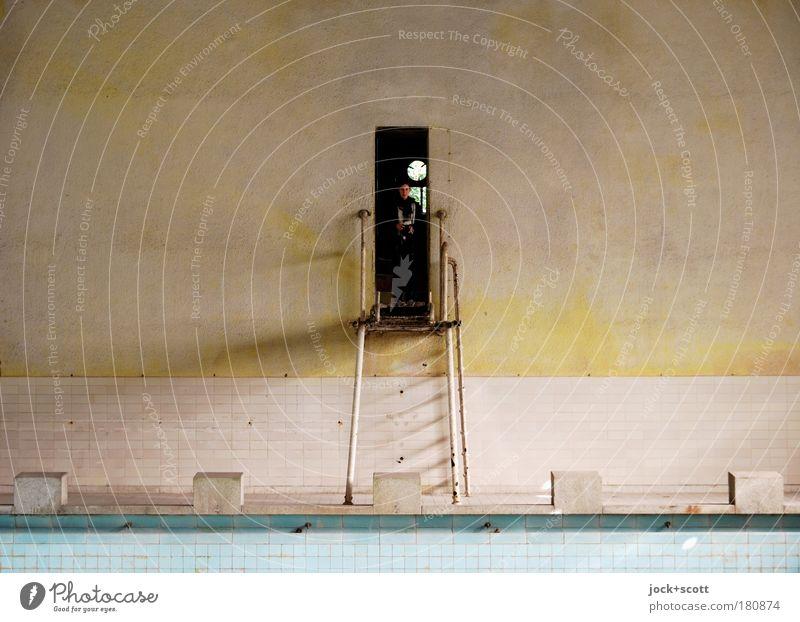 Auf dem Sprung Mensch ruhig Wand Stein Mauer Metall leer kaputt stehen beobachten Schwimmbad rein Fliesen u. Kacheln historisch Rost Ruine