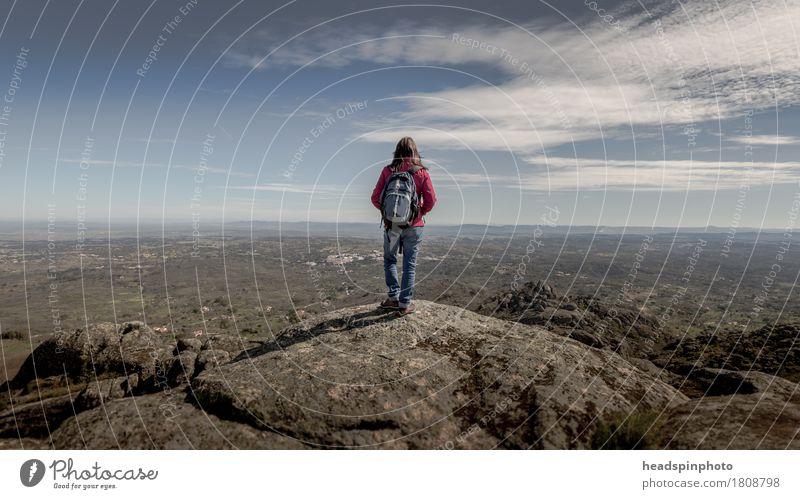 Frau auf einem Aussichtspunkt in Marvao, Alentejo, Portugal. Ferien & Urlaub & Reisen Sommer Klettern Bergsteigen wandern feminin Junge Frau Jugendliche