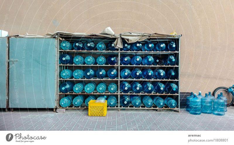 Trockenzeit Trinkwasser Flasche Klimawandel Wärme Verpackung Kunststoffverpackung Kasten Container Wasser Flüssigkeit heiß Durst Farbfoto Außenaufnahme
