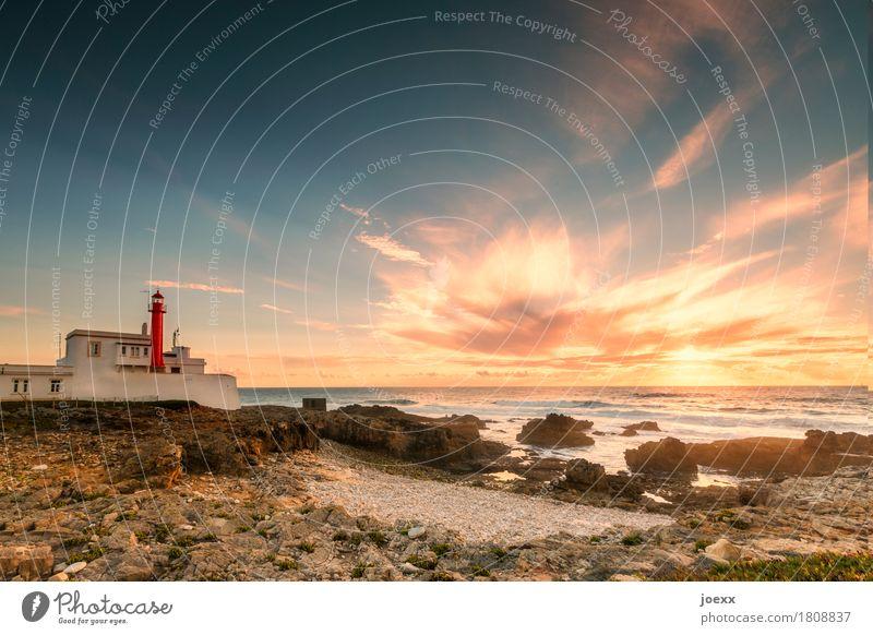 Cabo Raso Landschaft Schönes Wetter Felsen Wellen Küste Strand Meer Portugal Leuchtturm historisch maritim blau braun orange rot weiß Horizont Sicherheit
