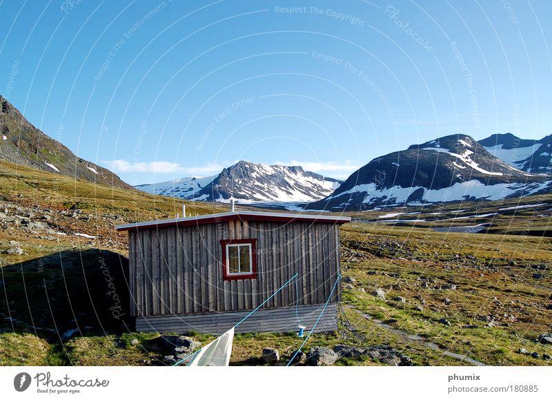Berghütte in Schweden Farbfoto Außenaufnahme Menschenleer Textfreiraum oben Tag Starke Tiefenschärfe Himmel Schönes Wetter Felsen Berge u. Gebirge
