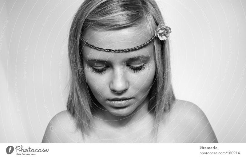 neustart Schwarzweißfoto Textfreiraum links Textfreiraum rechts Textfreiraum oben Zentralperspektive Blick nach unten feminin Junge Frau Jugendliche 1 Mensch