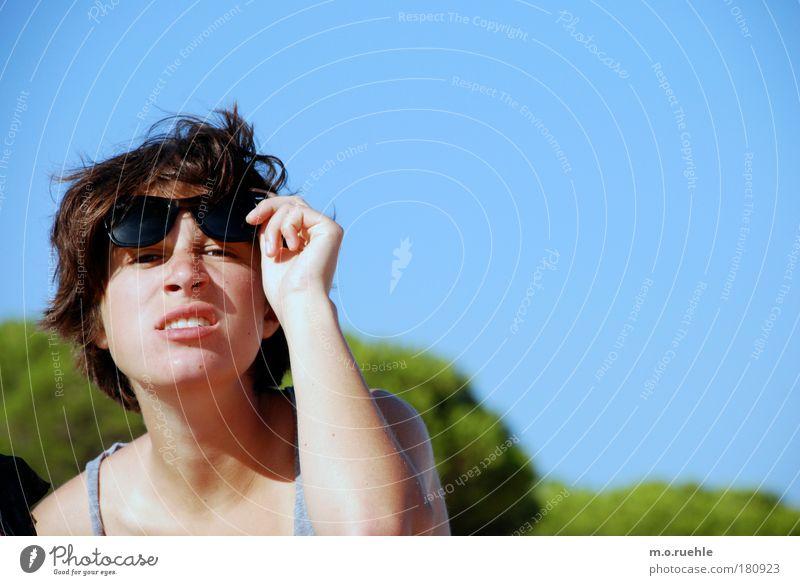 mir egal, ich habe knusperflocken Farbfoto Innenaufnahme Textfreiraum rechts Hintergrund neutral Tag Schwache Tiefenschärfe Porträt Profil Blick