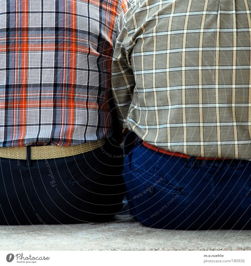 karos Farbfoto Außenaufnahme Detailaufnahme Muster Strukturen & Formen Textfreiraum unten Tag Kontrast Oberkörper Rückansicht Wegsehen Mensch maskulin