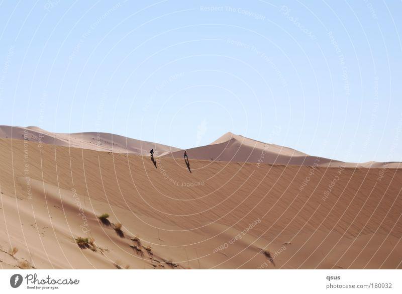 Gratwanderung III Mensch Himmel Natur blau ruhig Ferne Umwelt Gras Sand Wärme braun gehen wandern Wüste Düne Dürre