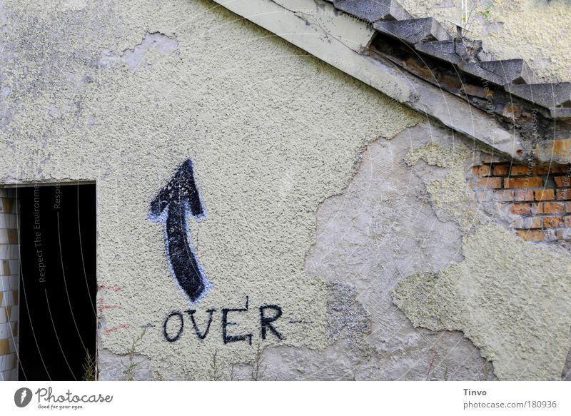 für Orientierungslose alt Einsamkeit dunkel Wand Mauer Graffiti Fassade Treppe Vergänglichkeit Pfeil verfallen Verfall Vergangenheit Putz Wegweiser