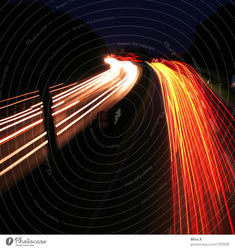 Raserei Straße hell Verkehr Geschwindigkeit fahren Spuren lang Verkehrswege Fahrzeug Autofahren Nachthimmel Straßenverkehr Verkehrsstau Verkehrsmittel ausgehen Übermut