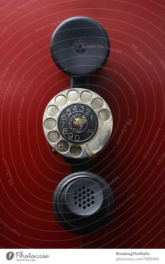 Weinlese verdrahtete Hörer mit Vorwahlknopfring auf rotem Hintergrund Telefon Technik & Technologie Fortschritt Zukunft Telekommunikation