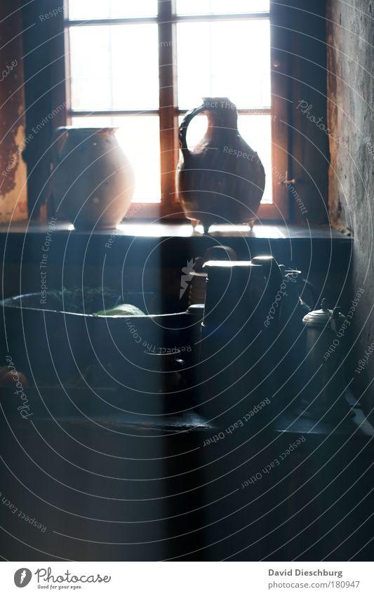In der Zeit zurück alt weiß schwarz dunkel Fenster hell Küche Geschirr Tasse Flasche Stillleben Schalen & Schüsseln Becher früher Kannen Fensterbrett