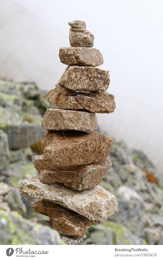 Pyramide von Felsen und von Steinen in den Bergen über Nebel Natur Ferien & Urlaub & Reisen Wolken Ferne Berge u. Gebirge Lifestyle Tourismus wild Wetter