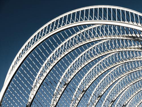 Abstrakte weiße Architektur auf Himmel Stadt blau Farbe Sommer schön Haus Stil Gebäude Kunst außergewöhnlich Design Fassade Metall