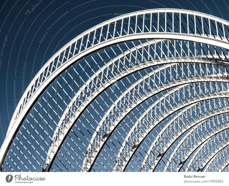 Abstrakte weiße Architektur auf Himmel Stil Design Sommer Haus Stadt Stadtzentrum Bauwerk Gebäude Fassade Metall Stahl ästhetisch authentisch außergewöhnlich
