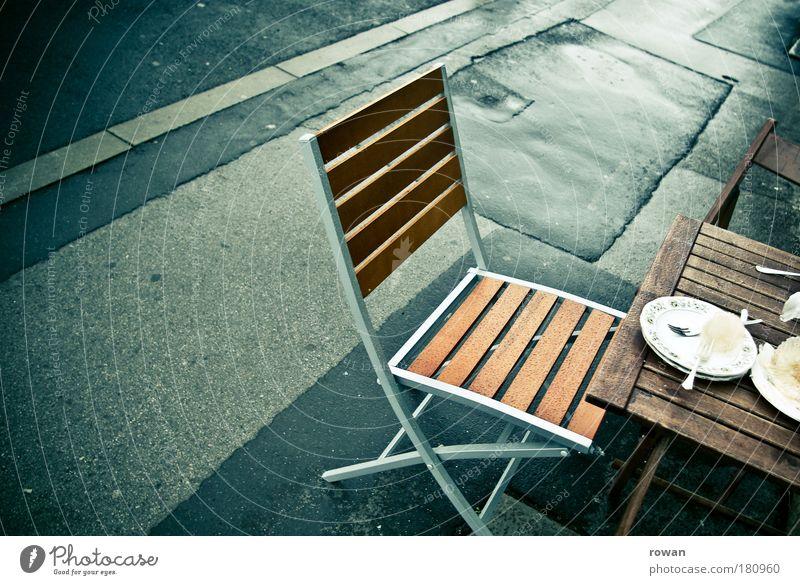 straßencafe Farbfoto Außenaufnahme Menschenleer Textfreiraum links Tag Lebensmittel Ernährung Kaffeetrinken Geschirr Teller Besteck nass Stuhl Tisch Straße
